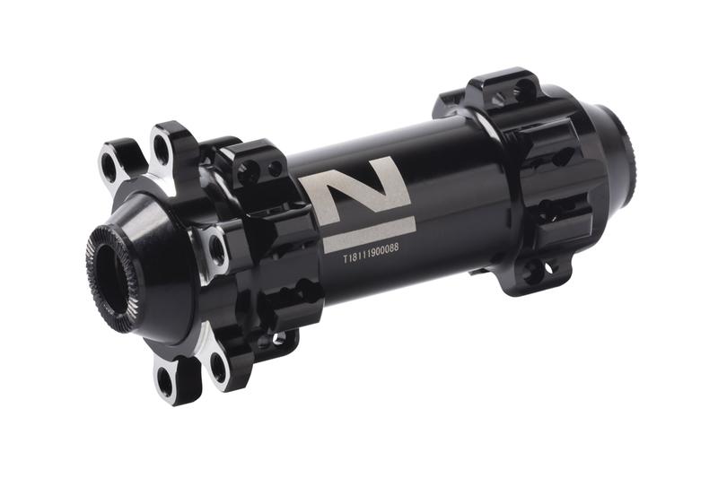 Náboj Novatec D411SB-12, predný, 28-dierový, čierny (N-logo)